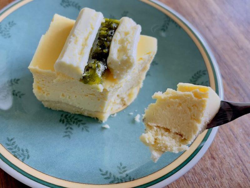 成城石井の「シチリアレモンのチーズケーキ」にフォークを入れるところ